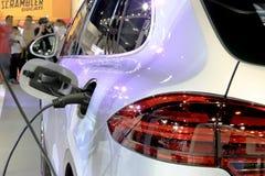 Sluit omhoog terwijl brandstof tot auto royalty-vrije stock afbeelding