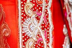 Sluit omhoog textuur van Indische Sari met kristallen, bergkristallen en e Stock Fotografie
