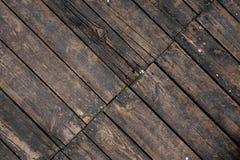 Sluit omhoog textuurachtergrond van oude donkere houten die raad asymmetrisch in een vloer wordt geschikt Stock Foto's