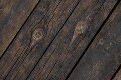 Sluit omhoog textuurachtergrond van oude donkere houten die raad schuin in een vloer wordt geschikt Stock Afbeelding