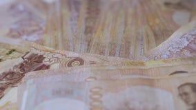 Sluit omhoog Thaise de close-upachtergrond van geldbankbiljetten, het geld van Thailand voor zaken, muntstukken 1000 taakuiteinde stock footage