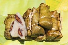 Sluit omhoog Thaise die dessert, Khao Tom Mat of Khao Tom Pad van kleverige rijst en banaantik met banaanblad en stroom wordt gem royalty-vrije stock foto