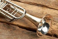 Sluit omhoog trompet op rustieke houten vloer royalty-vrije stock foto