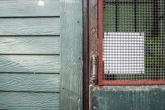 Sluit omhoog uitstekende groene deur en vuil Stock Fotografie