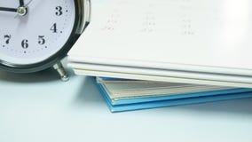 Sluit omhoog uitstekende klok met kalender Royalty-vrije Stock Afbeeldingen