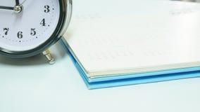 Sluit omhoog uitstekende klok met kalender Stock Fotografie