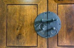 Sluit omhoog - Uitstekende zwarte Klink op hout Stock Foto