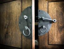 Sluit omhoog - Uitstekende zwarte Klink op hout Royalty-vrije Stock Foto