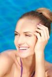 Sluit omhoog van aanbiddelijke vrouw in zwembad Stock Afbeeldingen