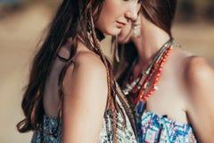 Sluit omhoog van aantrekkelijke jonge vrouw die bohotoebehoren dragen stock fotografie