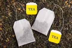 Sluit omhoog van achtergrond met droge thee en twee theezakjes Royalty-vrije Stock Afbeelding