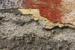 Sluit omhoog van afbrokkelende muur met lagen van gepelde verf 9 Stock Foto
