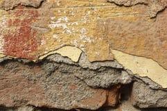 Sluit omhoog van afbrokkelende muur met lagen van gepelde verf 2 Stock Afbeeldingen