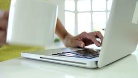 Sluit omhoog van Afrikaanse Amerikaanse Vrouw thuis Gebruikend Laptop stock footage