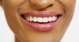 Sluit omhoog van Afrikaanse vrouw met het witte tanden glimlachen stock afbeelding
