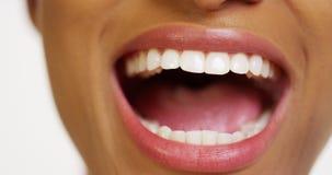 Sluit omhoog van Afrikaanse vrouw met het witte tanden glimlachen stock foto