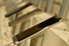 Sluit omhoog van Android-Telefoons op vertoning in een mobiele telefoonwinkel royalty-vrije stock afbeeldingen