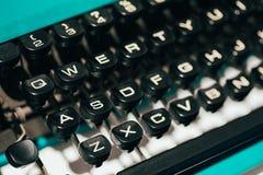 Sluit omhoog van antieke schrijfmachinesleutels Oud Handboek Stock Foto's