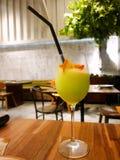 Sluit omhoog van appelcocktail met sinaasappel, Aardbeiplakken en bosbes in glas stock foto
