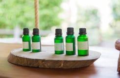 Sluit omhoog van aromatische die olieflessen bij hotelruimte worden geplaatst Stock Afbeeldingen