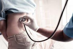 Sluit omhoog van arts het luisteren aan geduldige ademhaling royalty-vrije stock foto
