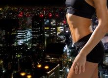 Sluit omhoog van atletische vrouwelijke abs in sportkleding Royalty-vrije Stock Foto