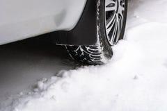 Sluit omhoog van auto's vermoeit op een sneeuwweg stock foto