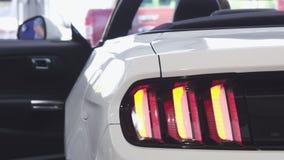 Sluit omhoog van autolichten die op nieuwe convertibel opvlammen stock videobeelden