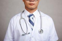 Sluit omhoog van Aziatisch mannelijk artsenlichaam Stock Fotografie