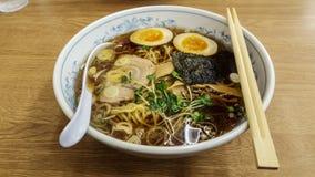 Sluit omhoog van Aziatisch voedsel De noedel ramen soep met varkensvlees, ei wordt gemengd dat, Stock Afbeelding