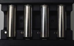Sluit omhoog van batterijlader met navulbare batterijen Stock Foto's