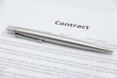 Sluit omhoog van bedrijfscontractdocument met pen Stock Afbeelding