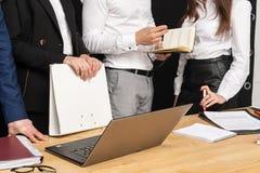 Sluit omhoog van bedrijfsmensen dichtbij de lijst stock foto's