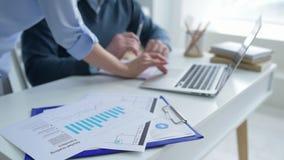 Sluit omhoog van bedrijfsmensen die met laptop in bureau werken stock video