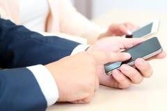 Sluit omhoog van bedrijfsmensen gebruikend mobiele slimme telefoons royalty-vrije stock foto