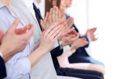 Sluit omhoog van bedrijfsmensenhanden slaand op conferentie royalty-vrije stock afbeeldingen