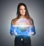Sluit omhoog van bedrijfsvrouw die digitale bol houden Royalty-vrije Stock Afbeeldingen