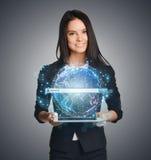 Sluit omhoog van bedrijfsvrouw die digitale bol houden Stock Foto's