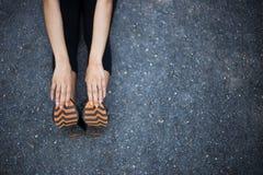 Sluit omhoog van benen en hand van vrouwen Stock Foto
