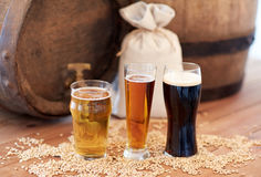 Sluit omhoog van biervat, glazen en zak met mout stock afbeelding