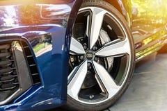 Sluit omhoog van blauw Audi Stock Foto