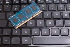Sluit omhoog van blauwe geheugenspaander op computertoetsenbord Royalty-vrije Stock Foto