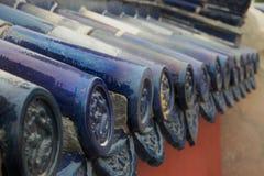 Sluit omhoog van blauwe geschilderde dakdaksparren - traditionele Chinese architectuur stock foto