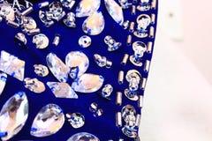 Sluit omhoog van blauwe stof met lovertjes en bergkristallen Royalty-vrije Stock Afbeeldingen
