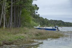 Sluit omhoog van boot die in Kingsley Lake wordt vastgelegd stock foto