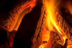Sluit omhoog van Brandhoutstukken in een Open haard stock afbeelding