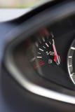 Sluit omhoog van Brandstofmaat in Auto die Hoogtepunt registreren royalty-vrije stock foto's