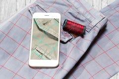 Sluit omhoog van broeken met smartphone Stock Foto's