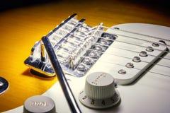 Sluit omhoog van brug van de zonnestraal de elektrische gitaar Stock Fotografie