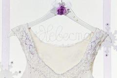 Sluit omhoog van bruidenkleding op hanger Stock Afbeelding